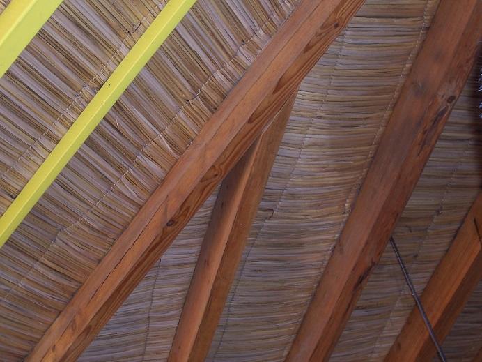 Estructuras de madera estructura que casa de paja con for Silla escritorio baquet