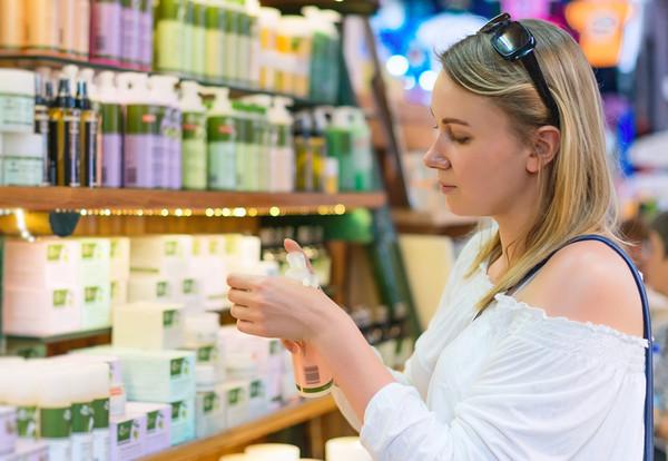 Muchas personas, alertadas por los hallazgos científicos, han dejado de comprar cosméticos con parabenos y algunas marcas retiraron del mercado estos productos. / Fotolia