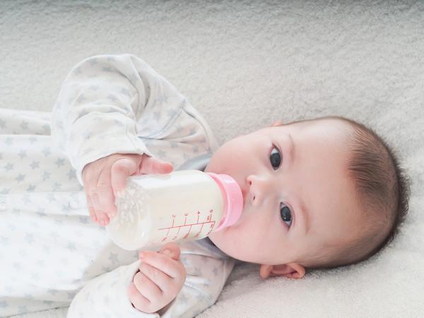 Los plásticos de uso infantil, como los de los biberones, no deberían contener bisfenol A, un disruptor endocrino. Estudios en animales sugieren que no es seguro. / Fotolia